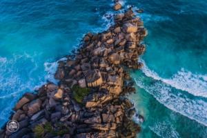 seszele seychelles la digue plaza grand anse dron drone skaly w wodzie ocean
